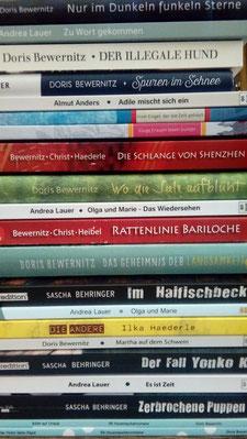 Bücherstapel der Autor*innengruppe Aufbruch
