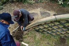 竹垣を作っているところ