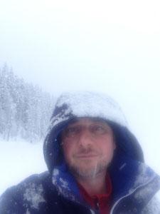 Stevan Paul sinnend im Schneesturm während seiner Stipendiumszeit in St. Moritz