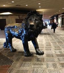↑ 会場の至る所に現れる大きなライオン達