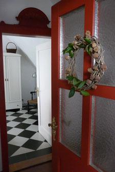 Die rote Eingangstür führt sie in die romantische Ferienwohnung in Miltenberg