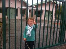 Hugo devant son école en France, la veille de la rentrée des classes en Moyenne Section