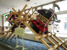 伊万里市役所の市民ロビーに常設展示されているトンテントンの荒神輿と団車