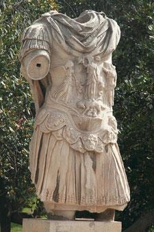 """Statue auf dem ehemaligen Marktplatz """"Agora""""."""