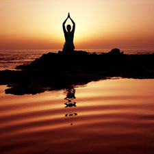 Bild: Yogi meditiert auf Klippe im Meer