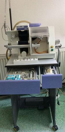 MIKRONA CELAY Kopierfräsgerät mit Untergestell und Zubehör medizinischer Bedarf für Zahnarztpraxis