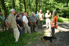 Lernort Wald: Jägerin instruiert eine Gruppe Jäger