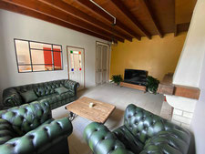 Le salon vous cocoonera avec son canapé et ses 2 fauteuils. Place aux pauses apéritifs, séances télé ou espace lecture.