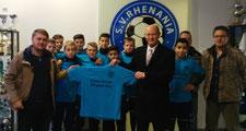 Th. Mesters bei der Übergabe der Shirts an den Sportlichen Leiter S. Spliethoff