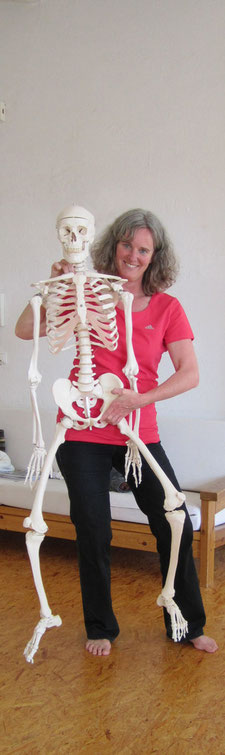 Astrid Lobreyer mit Skelett
