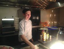Jan Frankenberg (Koch, zweites Ausbildungsjahr ) in der Frontküche im Van der Valk