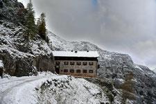 Das Karwendelhaus im Schnee