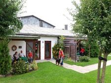 In gemütlicher Runde die Ruhe und die gesunde Luft genießen.Die Kinder spielen in der Spielscheune, auf dem Fußballplatz oder kuscheln mit den Kaninchen.