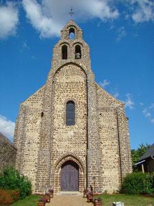 La façade en pierre de grison est du type clocher-mur ou campanile. Elle ne conserve qu'une cloche, l'autre ayant été fondue à la Révolution. © TEMPLE DE PARIS