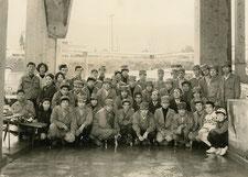 川辺町のライン生コン(株)設立当初約50年前の記念写真 生コン工場内