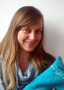 Porträt von Alex mit türkisem Kissen in der Hand