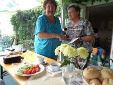 Es hat Gudrun Edner (li.) sichtlich Spass gemacht! Frau Ohle von der Volkssolidarität Ortsgruppe Elbenau bedankt sich für den Vortrag (Foto: NABU Schönebeck)