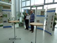 """Vor der Ausstellung des NABU Sachsen-Anhalt zur """"Waldohreule"""" zeigen Friedrich Husemann (li.) und Michael Wunschik den unterzeichneten Sponsoringvertrag (Foto: Gudrun Edner)"""