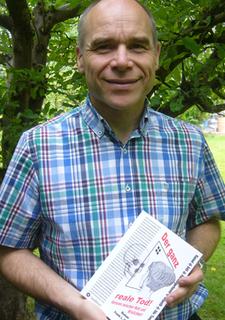 Der Autor mit dem ersten gedruckten Exemplar