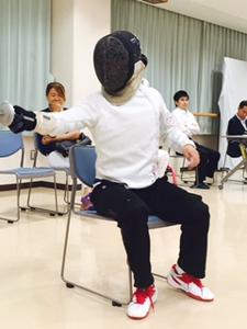 熱心に選手に向き合う江村コーチ
