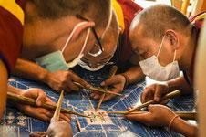 Monjes Tibetanos creando una mandala de arena