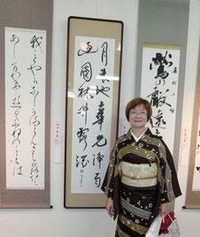 青山さんと作品 中央