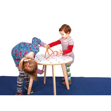 Table de coopération pour jeux d'enfants avec fil à passer. Faites passer un fil à travers des trous dans cette table de jeux coopératifs pour enfants. Développe la dextérité et les compétences motrices. Table avec fil à acheter pas cher.