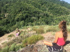 2 femmes assises méditant sur les côteaux de la vallée du domaine de la gorre stage bien être avec Juliette Addesso naturopathe