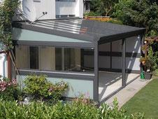 Überdachung mit teilverglasten Seitenwänden und Regenrinne in gewellter Form