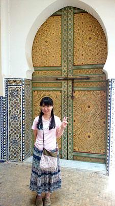 モロッコ・フェズ旧市街の写真です。モロッコの門は、独特の幾何学模様のタイルでデザインされてて、とても綺麗なんですよ。