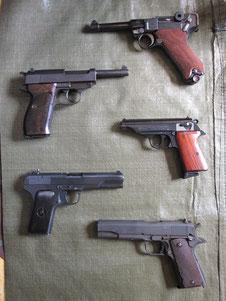 abgebildete Waffen: Luger 08 BJ 1918, Walther P 38 BJ 1943, Walther PP BJ 70er, Tokarev, Ithaka BJ 1943