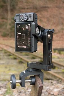 pocketPANO Nodalpunktadapter für die Canon G7X II, montiert auf der Cullmann Multiklemme CC50