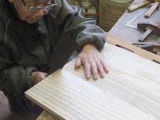 桐箪笥パーツを作り刻み、組み手を作るため鋸を入れています。