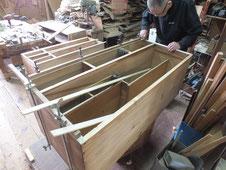 桐タンス本体上置きの胴縁を削り新しい桐を貼り直しています。