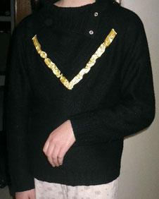 ruban jaune sur pull noir