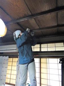 天井板を外して点検口確保(小屋裏調査用)