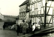 Das zweistöckige Fachwerkgebäude links bewohnte die Familie Stern. Foto: Privatbesitz