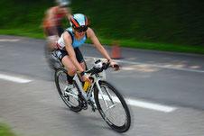 Triathletin Theresa Wild auf dem Rennrad