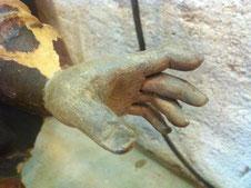 Les doigts peints et vieillis