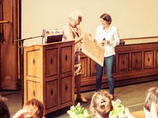Scheckübergabe beim Kinderfest im Museum für Völkerkunde Hamburg. Julia Wöhlke, Budnianer Hilfe eV übergibt den Scheck an Franziska Neubecker, LichtwarkSchule. Foto: Reimar Palte