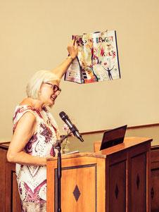 Franziska Neubecker, LictwarkSchule, präsentiert die von der LichtwarkSchule gestaltetet Budni-Tüte. Foto: Reimar Palte
