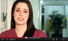 """Info-Video zum Ausbildungsberuf """"Zahnmedizinische Fachangestellte"""". Jetzt auf das Foto klicken und auf YouTube anschauen!"""