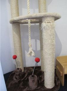 痛んだネコタワーの爪研ぎポール
