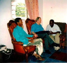 Den daværende somaliske undervisningsminister, artiklens forfatter og mr Ali