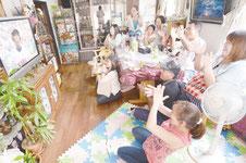 8回、高良選手が生還して逆転の場面にテレビの前で喜ぶ親戚たち=16日午後、石垣市新栄町の上原さん宅
