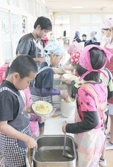 児童たちが心待ちにしていた八重山そばの給食準備はテキパキと進められた=27日、石垣小学校3年2組