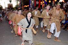 明るく収穫の喜びを表現する、第4実行組合の米俵奉納=白保