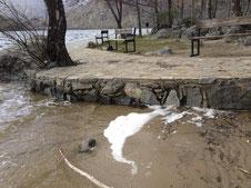 Aguas sucias en la orilla del lago de Sanabria