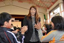 児童とハイタッチをする吉田選手=岡崎市本宿小学校で