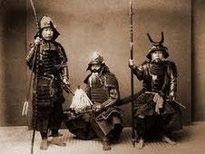 Samurai in traditioneller Rüstung (Yoroi) mit Schwert (Tachi), Speer (Yari) und Langbogen. Bujinkan Budo Taijutsu, Kampfkunst, Kampfsport, Stockkampf, Schwertkampf, Bojutsu, Kenjutsu